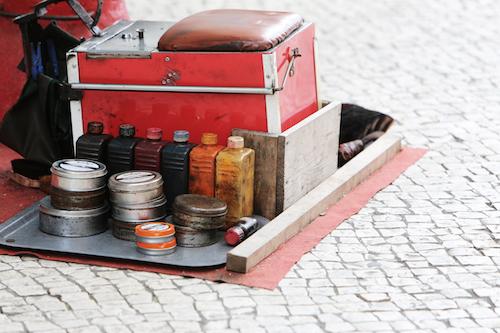 Schmuckbild für das Angebot Prozessbegleitung mit Blick auf eine Schuhputzbank